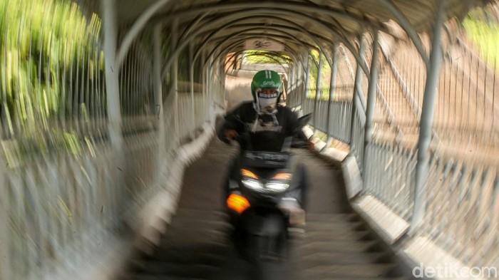 JPO sedianya diperuntukan bagi para pejalan kaki. Namun JPO Rawajati, Jakarta, kerap diserobot pemotor untuk memotong jarak.