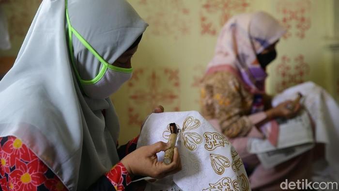 Sejumlah ibu di Tangerang memproduksi batik berbagai tema. Tak hanya hasilkan cuan, kegiatan itu juga jadi cara melestarikan kesenian batik kebanggan Indonesia.