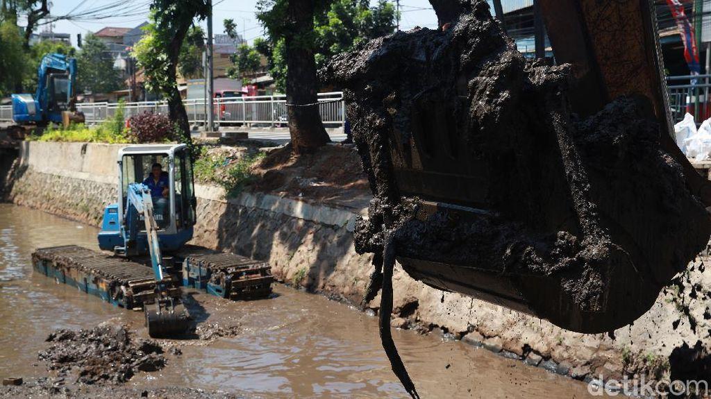 Hadapi Musim Hujan, Lumpur di Kali Baru Barat Dikeruk