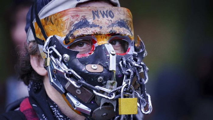 Police ask participants to respect physical distancing during the coronavirus pandemic at an anti-mask rally in Montreal, on Wednesday, Sept. 30, 2020. (Paul Chiasson/The Canadian Press via AP)