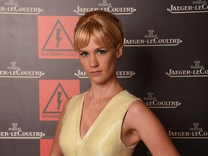 Mandi Bak Cleopatra, January Jones Tuang Bir ke Dalam Bath Tub