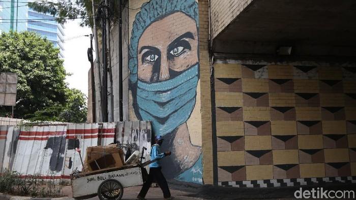 Kampanye bahaya COVID-19 dan ajakan menerapkan protokol kesehatan terus dilakukan lewat karya jalanan seperti mural.