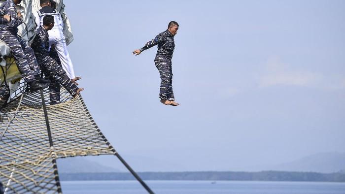 Sejumlah prajurit KRI Bima Suci yang mendapatkan kenaikan pangkat mengikuti upacara kenaikan pangkat di geladak saat lego jangkar di Teluk Ratai, Lampung, Kamis (1/10/2020). Sebanyak 12 prajurit KRI Bima Suci dan dua perwira menengah satuan tugas (satgas) Kartika Jala Krida (KJK) 2020 mendapatkan kenaikan pangkat satu tinggkat lebih tinggi dari pangkat semula. ANTARA FOTO/M Risyal Hidayat/aww.