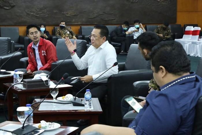 Ketua MPR RI Bambang Soesatyo saat mengisi Sosialisasi Empat Pilar MPR RI kepada Badan Koordinasi Nasional Forum Komunikasi Mahasiswa Kekaryaan (Bakornas Fokusmaker) dan Anggota BEM dari lima Universitas Jakarta secara virtual, dari Ruang Kerja Ketua MPR RI, Jakarta, Kamis (1/10/20).