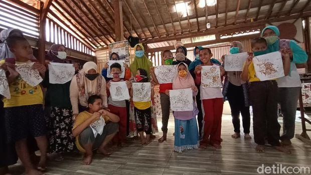 Menyambut Hari Batik Nasional, anak berkebutuhan khusus belajar membatik di Kudus, Kamis (1/10/2020).
