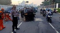 Mobil Terbalik di Depan DPR Arah Slipi, Lalu Lintas Tersendat