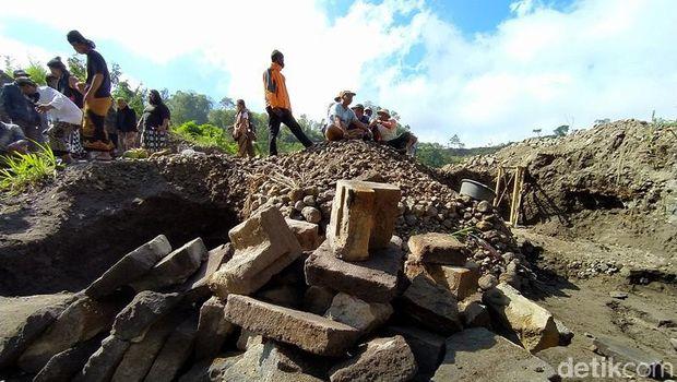 Penambang pasir menemukan susunan batu andesit yang diduga bangunan candi. Bebatuan itu ditemukan di kawasan Magelang.