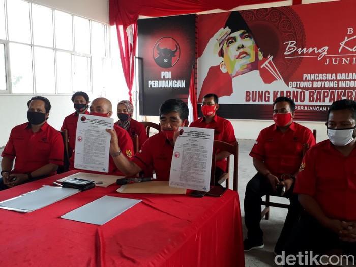 Pengurus PDIP Semarang mengumumkan pemecatan Bupati Semarang Mundjirin dan anaknya dari PDIP, Pemecatan ini terkait dengan dukungan Mundjirin dan anaknya, Biena Munawa Hatta ke Bintang Narsasi di Pilbup Semarang, Kamis (1/10/2020)