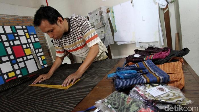 Beragam produk batik di Solo ini dibuat oleh para perajin difabel. Tak tanggung-tanggung, masker batik tulis mereka pun disukai oleh wisatawan asing.