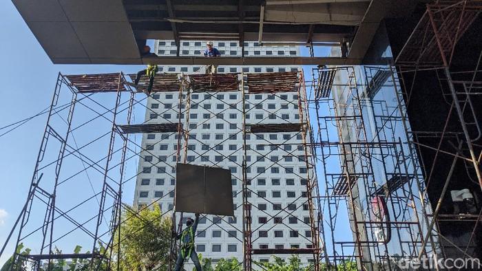 Perbaikan atap plafon di Lobi gedung KPK terus berlangsung. Plafon lobi gedung itu jebol imbas hujan deras disertai angin yang guyur Jakarta beberapa waktu lalu