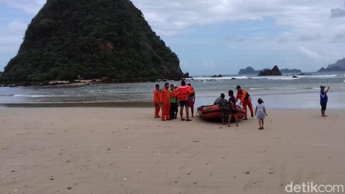 Riset ITB tentang adanya pontensi tsunami setinggi 20 meter membuat resah masyarakat di pesisir pantai Banyuwangi. Warga meminta pemerintah tidak menakut-nakuti masyarakat dengan potensi tsunami.
