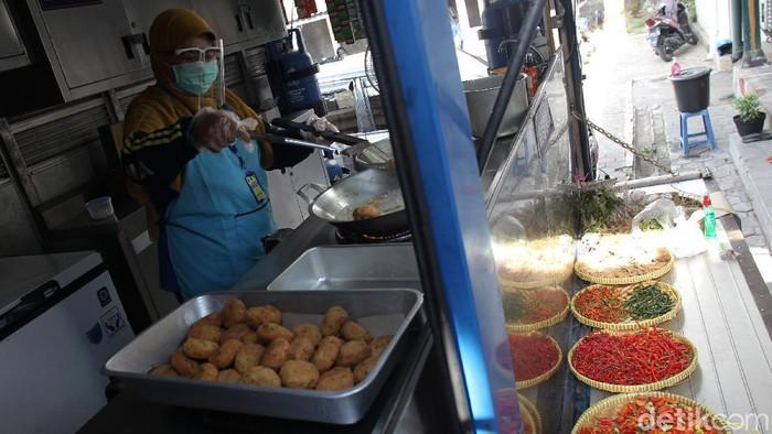 Dinas Sosial Kota Yogyakarta memusatkan dapur umum untuk pemenuhan kebutuhan penghuni Shelter penanganan pasien OTG COVID-19 di Posko Tagana Yogyakarta.