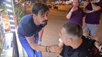 Suapi Pembeli Berkebutuhan Khusus, Penjual Es Krim Turki Banjir Pujian