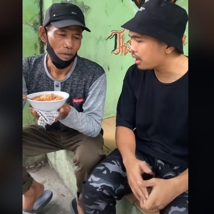 Tak Laku-laku, Penjual Bakso Ini Makan Dagangannya Sendiri