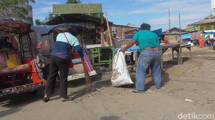 Warga langgar protokol kesehatan di Polman disanksi bersih pasar (Abdy-detikcom).