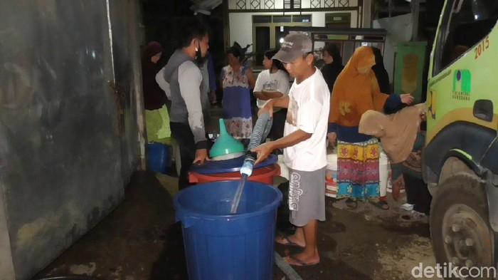 Warga Sumedang antre air bersih malam-malam