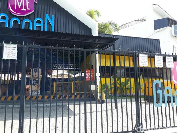 Warung mie yang seorang pegawainya terkena virus Corona di Yogyakarta, Kamis (1/10/2020). Warung ini ditutup dan pembelinya diminta isolasi mandiri,