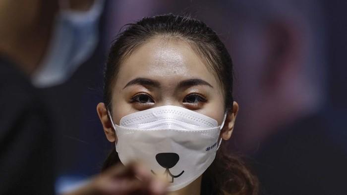 Pameran mobil selalu dimeriahkan oleh SPG-SPG cantik. Saat Beijing Auto Show 2020, para wanita cantik ini harus memakai masker untuk mencegah virus Corona.