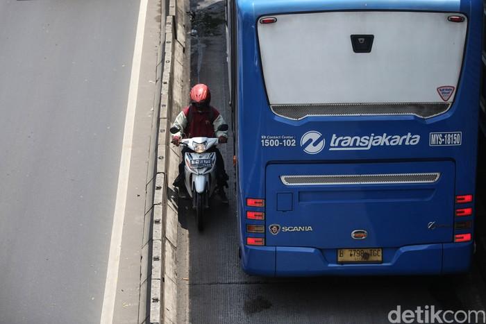 Prilaku pengendera motor kini cukup meresahkan dari lawan arus sampai naik trotoar menjadi hal bisa yang sering kita temui di jalan raya, berikut potret urakan bikers di Jakarta.