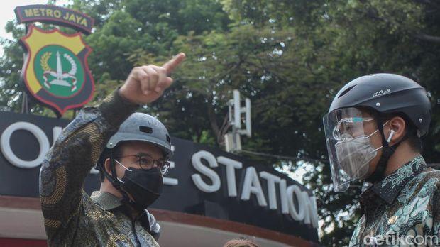 Gubernur DKI Jakarta Anies Baswedan melakukan peninjauan sejumlah fasilitas publik di kawasan Sudirman-Thamrin sambil bersepeda.