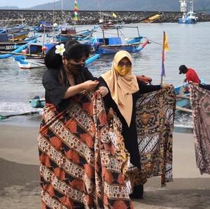 Hari Batik Nasional, Anne Avantie Ajari Istri Nelayan Pakai Batik