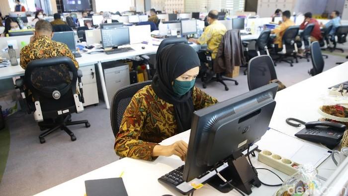 Memperingati Hari Batik Nasional, sejumlah karyawan di perkantoran Jakarta mengenakan pakaian khas yang diakui UNECSO.