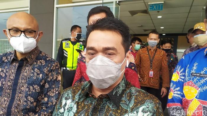 Wakil Gubernur DKI Jakarta Ahmad Riza Patria mengecek Depo MRT Lebak Bulus (Luqman Nurhadi Arunanta/detikcom)
