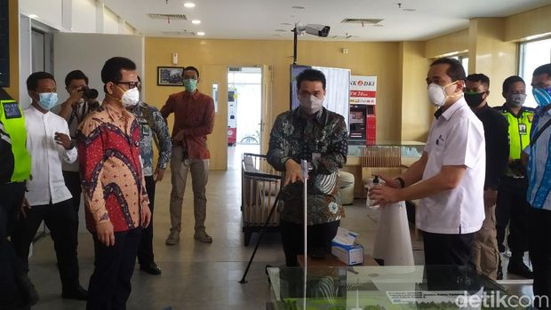 Gubernur DKI Jakarta Ahmad Riza Patria mengecek Depo MRT Lebak Bulus (Luqman Nurhadi Arunanta/detikcom)
