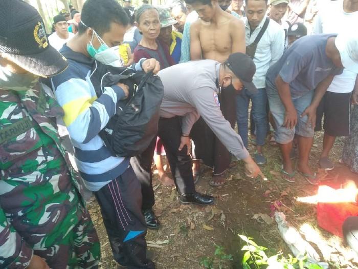 Kuburan bayi baru ditemukan di lahan sengon Desa Krajan, Kecamatan Leces, Kabupaten Probolinggo. Saat ini, jasad bayi tersebut tengah diautopsi.