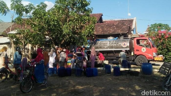Wilayah yang terdampak kekeringan akibat musim kemarau di Lamongan bertambah. Kini, krisis air bersih meluas ke 17 desa di 8 kecamatan.