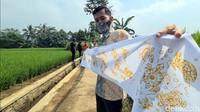 Beragam motif Sukabumian tergambar di atas kain selendang putih, mulai dari motif Manggis, Penyu, Wijayakusuma, Manggis dan Garuda Ngupuk.