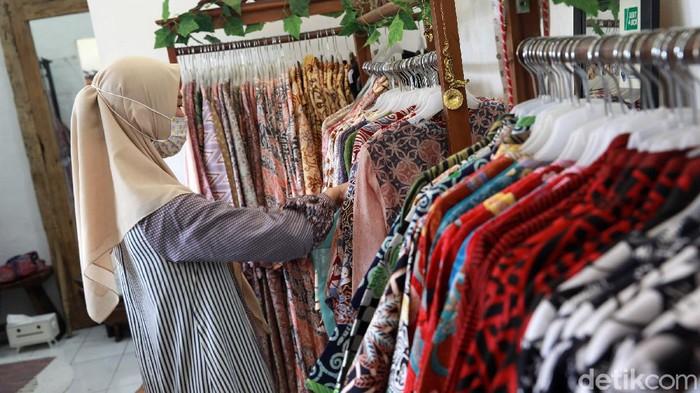 Pengusaha UMKM konveksi batik tulis Wijiastuti menunjukan koleksi baju batik tulis di workshopnya, Butik Dewi Sambi, Cipadu, Kota Tangerang,  Kamis (1/10/2020). Menurutnya, permintaan baju batik tulis melorot hingga 50 persen selama masa pandemi COVID-19.