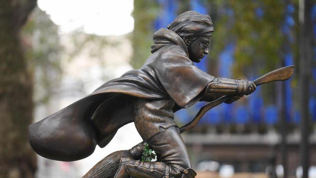 Patung Harry Potter Lagi Main Quidditch Bertengger di London