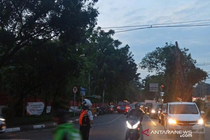Petugas Sudinhub Jaktim mengurai simpul kemacetan kendaraan di Jalan Bina Marga Cipayung imbas promosi makanan siap saji, Jumat (2/10/2020). (ANTARA/HO-Sudinhub Jaktim)