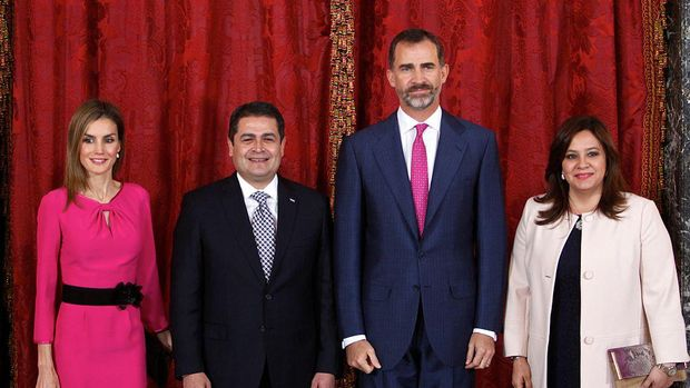 Raja Spanyol Felipe VI  (kedua dari kanan) and Ratu Letizia (kiri) foto bersama Presiden Honduras Juan Orlando Hernandez Alvarado (kedua dari kiri) dan istrinya Ana Rosalinda Garcia (kanan) Royal Palace, Madrid, Spanyol.