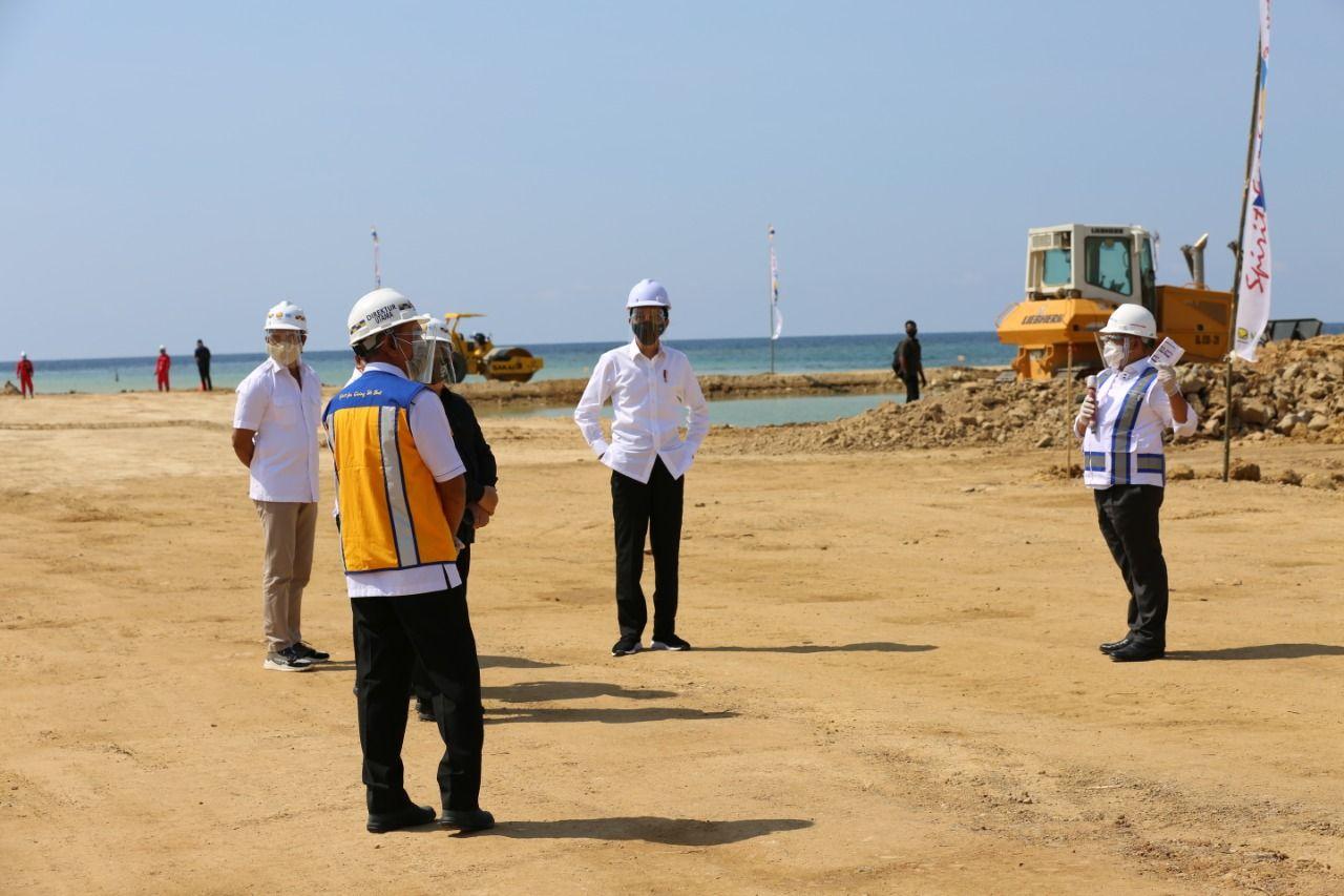 Presiden Joko Widodo saat menyambangi proyek Terminal Multipurpose Wae Kelambu Pelabuhan Labuan Bajo, proyek yang sedang dikerjakan Brantas Abipraya ini nantinya akan memberikan wajah baru bagi Pelabuhan Labuan Bajo. (Dok Brantas Abipraya)