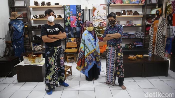 Selain memproduksi batik, Rumah Batik Palbatu di kawasan Jakarta Selatan, juga mempekerjakan disabilitas sebagai pegawai. Yuk, intip aktivitasnya.