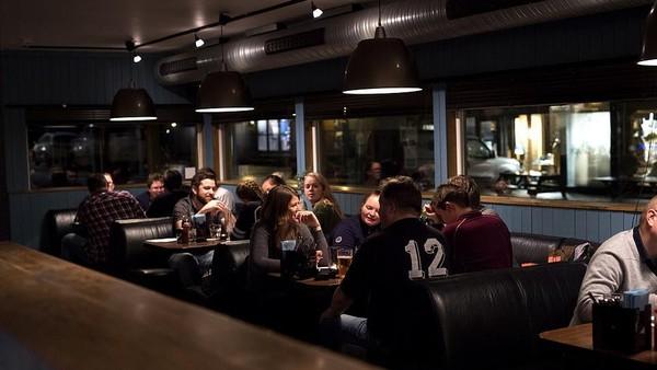 Bar ini melayani sekitar 3.000 penduduk di Svalbard dan juga sekitar 70 ribu turis yang datang ke kota tersebut setiap tahunnya. Pemilik Svalbar, John-Einar Lockhart menjual bar ini karena ingin melakukan sesuatu hal yang lain. (dok. Svalbar)