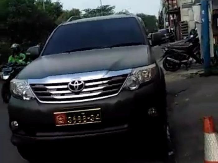 Viral mobil dinas TNI diduga dipakai sipil (Screenshot video viral)