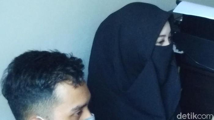 Wanita SN dan kekasihnya saat tiba di Polsek Panakkukang