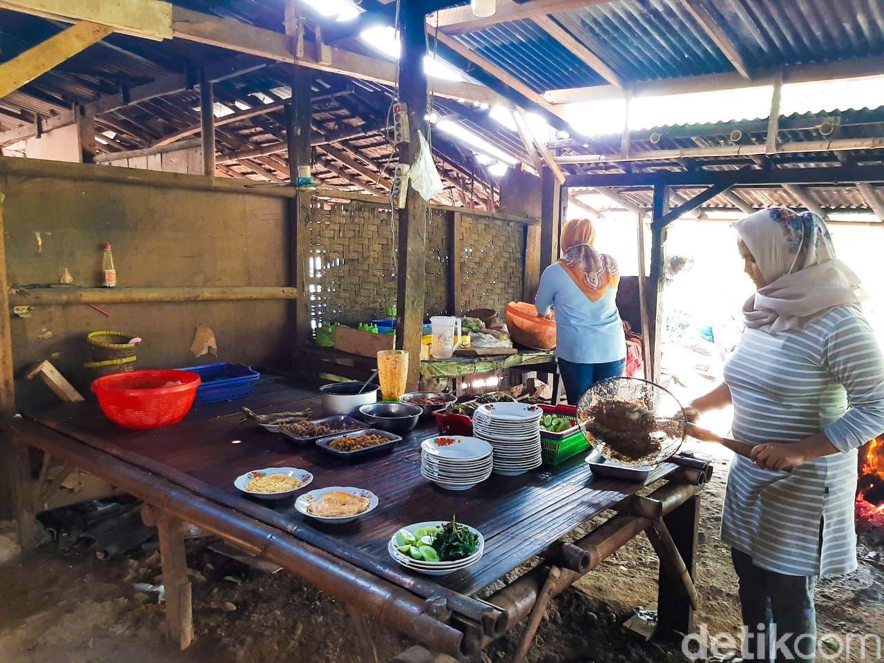 nikmatnya makan ikan cere goreng di warung cere bu tini yang terkenal di tangerang