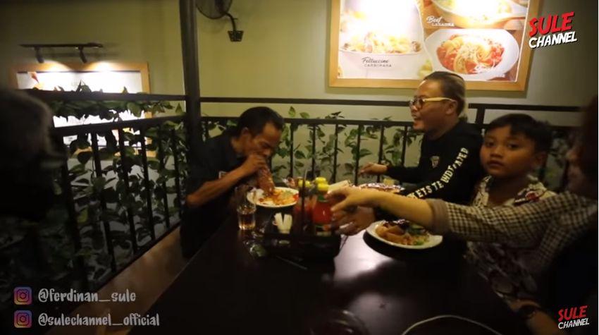 Bukan Odading, Ini Aksi Ade Londok Mengulas Steak