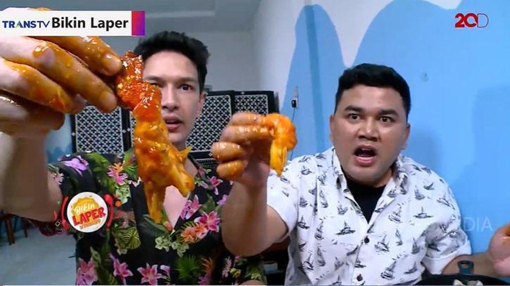 Bikin Laper! Puasnya Makan Aneka Seafood Saus Padang di Atas Meja