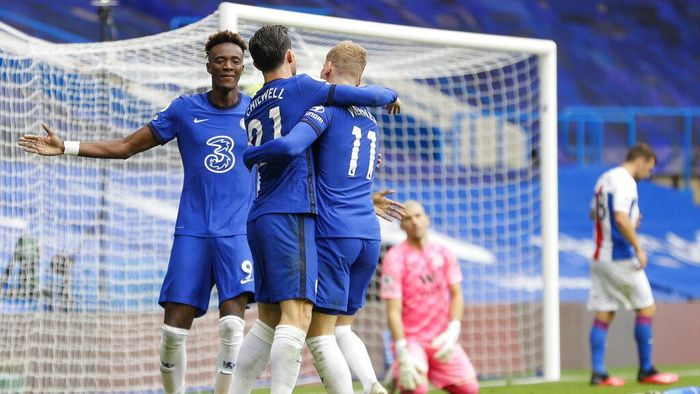 Chelseas Ben Chilwell, center, celebrates with his teammates Tammy Abraham, left, and Timo Werner after he scored his sides first goalduring the English Premier League soccer match between Chelsea and Crystal Palace at Stamford Bridge stadium in London, Saturday, Oct. 3, 2020. (AP Photo/Kirsty Wigglesworth, Pool)