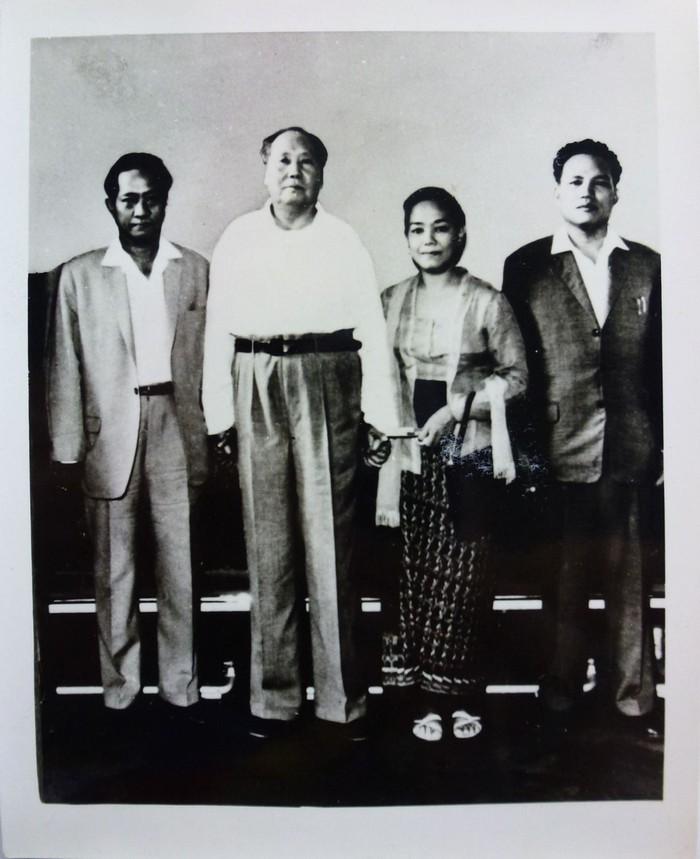 DN Aidit, Mao Zedong, Tanti (istri Aidit), dan Jusuf Adjitorop (fungsionaris PKI). (Koleksi IISC Amsterdam via buku G30S dan Asia)