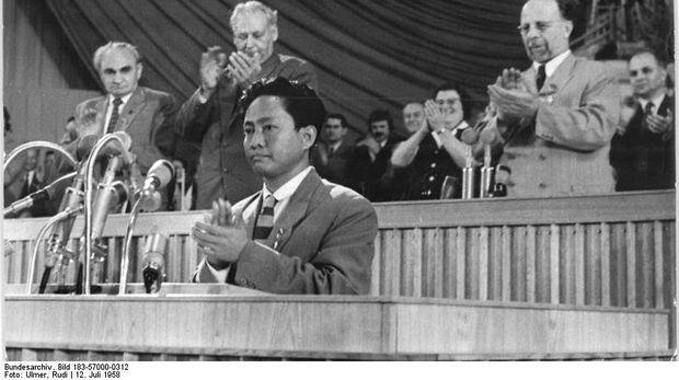 Zentralbild Ulmer 12.7.1958. V. Parteitag der SED vom 10. bis 16.7.1958 in der Werner-Seelenbinder-Halle, Berlin, 3. Tag: UBz: Eine beeindruckende Solidarittsbekundung des Parteitages fr die konsequent- und erfolgreich fr die volle Gewhrleistung der Unabhngigkeit ihres Landes kmpfenden Kommunisten Indonesien erlebte die Werner-Seelenbinder-Halle whrend der Grussansprache des Generalsekretrs der KP Indonesiens, D. N. Aidit.