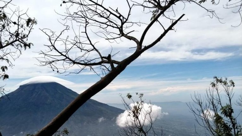 Gunung Sindoro via Alang-alang Sewu telah dibuka kembali dengan menerapkan protokol-protokol. Berikut protokol yang perlu kamu perhatikan!