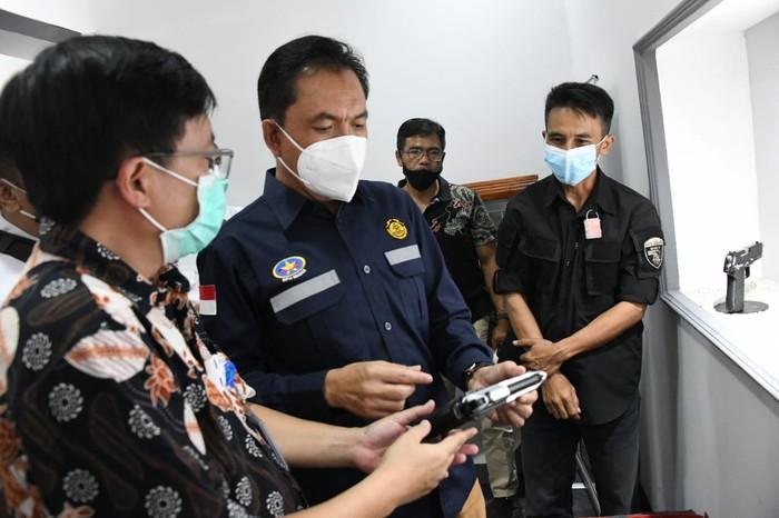 Kepala BPH Migas M. Fanshurullah Asa saat berkunjung ke PT Pindad (Persero).
