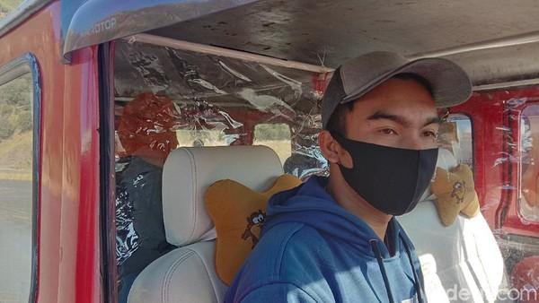 Sopir mobil offroad Bromo memastikan dirinya menggunakan masker dan membawa hand sanitizer, baik untuk dirinya juga untuk para tamu. Di dalam mobil, terpasang sekat plastik pemisah antara sopir dengan penumpang yang duduk di kursi depan.