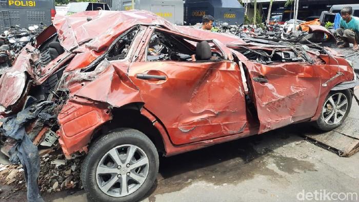 Kondisi mobil yang terlibat kecelakaan dan menewaskan 4 orang di Sleman ringsek, Sabtu (3/10/2020).